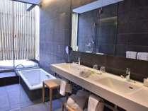 デラックスツインルームのみ内風呂・吹き抜けのジャグジーどちらも完備