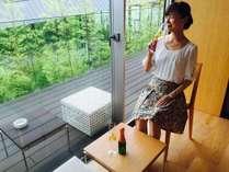 広縁で中庭を眺めながら優雅なシャンパンタイム♪/和室テーブルスペース