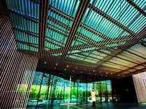 竹と水の雰囲気に癒されるホテル/エントランス