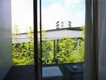竹と水の涼しげな中庭を望めます/スタンダードツインルーム