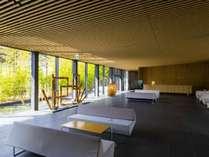 隈建築らしい竹と水を存分にあしらった空間/ロビー
