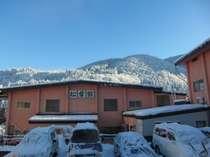 当館と小安峡の冬景色