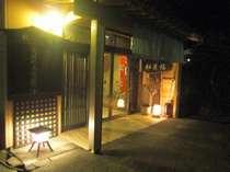 灯りが灯った夜の玄関