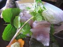 当館にある生簀(いけす)からその日にさばいた岩魚のお刺身。