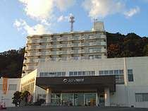 目の前には海が広がる白亜のリゾートホテル