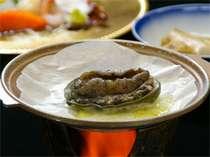 【鮑の陶板焼き】コリコリとした独特の食感はクセになる美味しさ(料理写真はイメージです)