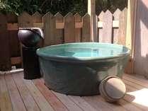 男性用露天風呂の新名物、常滑焼の湯船