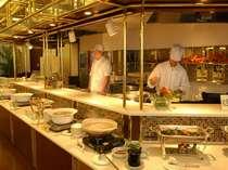 なんといっても60種類もの和洋朝食ブッフェが魅力。シェフズオープンキッチンで作りたてのお料理を提供