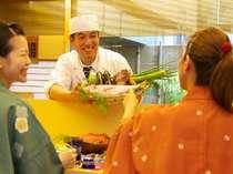 館内にある『思季亭』カウンターでご夕食を満喫出来るプランは大人気です★
