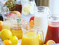 フレッシュジュースコーナー[柚子にオレンジ、牛乳やトマトジュースなど種類豊富にご用意]