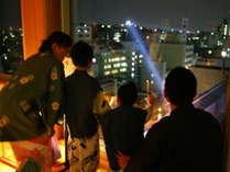 ライトアップされた高知城が望める展望の湯上り処。リラックスしていただける人気の空間です。