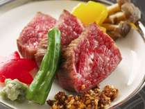 【黒毛和牛ステーキ】黒毛和牛の上質で程よい脂身と甘味たっぷりのお肉をステーキで贅沢に味わう。
