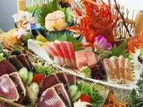【皿鉢料理】伊勢海老姿造りや藁で炙ったかつおのタタキをメインに土佐湾で獲れた旬魚のお刺身をご堪能。