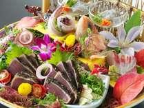 カツオの藁焼きタタキと新鮮な旬魚の御造りを豪快に盛り付け!