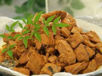 【カツオの角煮】生姜がさっぱりと効いた絶妙な美味しさ。是非土佐丼にのせてお召し上がり下さいませ。