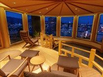 ライトアップされた高知城が望める展望の湯上り処。リラックスしていただける人気の空間です