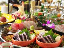 かつおのタタキと共に新鮮な旬魚の御造りを豪快に盛り付けた皿鉢料理付き。