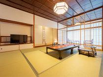 純和風な木の風合いと上質な設えが自慢の落ち着きあるお部屋。
