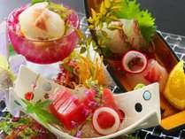 【お造り】地元で獲れた鮮魚の御造り盛り合わせ。高知だからこそ味わえる新鮮な旬魚をご堪能下さいませ。