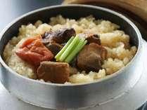 【釜飯】ホクホク♪鰹と土佐梅の絶品釜飯。艶々に炊き上がった高知産の米と土佐梅の香りが食欲をかきたてる