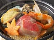 【鮑と室戸金目鯛の朴葉焼きツガニ餡かけ】豪華食材をとろっとろのツガニ餡とともにいただく贅沢な朴葉焼き