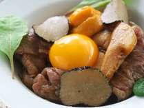 【黒毛和牛すき煮】トリュフに雲丹、松茸と贅沢づくし♪とろとろで濃厚な土佐ジロー玉子と共に頂く一品。