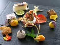 【前菜】四万十鶏鍬焼きに鯖炙り寿司、鮎甘露煮にトンゴロウ唐揚げなどを彩りよく盛りつけた秋らしい前菜。