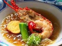 【伊勢海老フカヒレ餡かけ】ぷりぷり食感の伊勢海老を使用し、とろっとろのフカヒレ餡をかけた贅沢な一品。