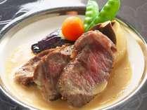 【黒毛和牛ステーキ】上質で程よい脂身の黒毛和牛を使用した、味わうほどに旨み広がる絶品ステーキを堪能。