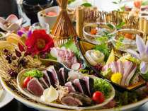 【皿鉢料理】藁で炙ったかつおの藁焼きタタキをメインに土佐湾で獲れた新鮮な旬魚のお刺身をご堪能ください