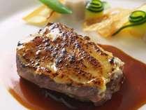 【和牛ほほ肉のグラチネ】柔らかく煮込んだ牛ほほ肉にモルネ―ソースをかけたグラチネは優しく濃厚な味わい
