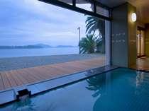 大浴場「憧憬の湯」(5:00~9:00、15:00~24:00)浴場からも浜名湖を望みます。