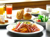 朝食は、レイクビューのレストランで、和洋バイキングです。