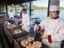 オープンキッチンではお肉や魚介類を目の前で調理!出来立てを楽しめます。