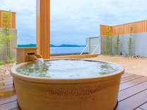 露天風呂に設置された壺湯(昼間)