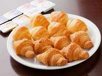 【ご朝食】クロワッサン◆ふわふわの焼きたてパンは大好評◎人気メニューの一つです♪