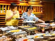 朝食は和洋折衷50種以上の料理をご用意したバイキングをご堪能ください。