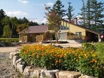 北アルプスをバックに建つ平屋建て3部屋のホテルです