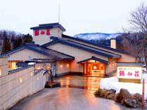 【外観冬景】銀山荘は銀山温泉の中において建物としてもサービスとしても近代的な仕様になっております。