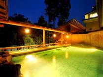 【露天風呂】開放感のある露天風呂で肌あたりの優しいお湯に浸りすべてが心地良く感じられます。