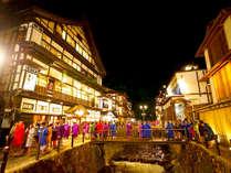 【銀山温泉街風景】大正浪漫の郷愁を感じるノスタルジックな町並み!
