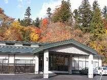 天然杉を背景に正面玄関(H19.10.4)