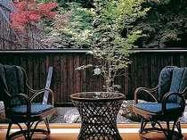 山の自然が間近な客室広縁(山側の一例)