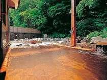 地元の方々に人気の赤湯。二酸化炭素のために透明ですが、空気に触れ酸化すると赤褐色に変化します。