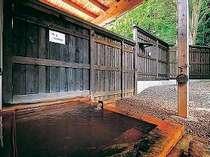 鉄分豊富な赤湯。二酸化炭素のために透明ですが、空気に触れ酸化すると赤褐色に変化します。