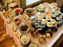 朝食はハーフバイキング。主菜とは別に自家製のお漬物や豆腐が並ぶ。