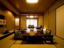 露天風呂付のお部屋「鷹取」は16畳で広々。もちろん川側