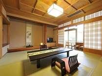 本館 上層階客室一例。広いお部屋の大きな窓から千曲川を一望。
