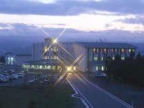 *白鳥座外観(夜)。プール・天文台・温泉など充実の施設をご満喫下さい!