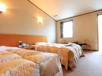 *ツイン一例/落ち着いたトーンとインテリアの洋室です。
